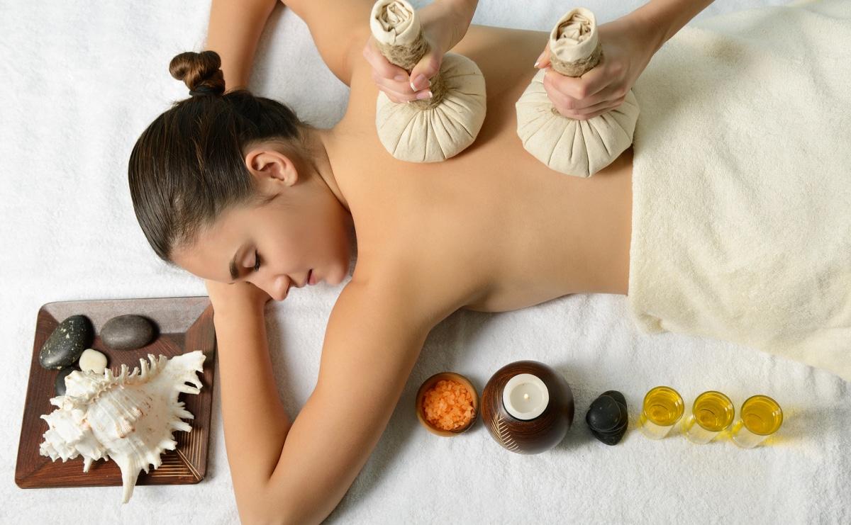 Massage Augsburg mit Kerzen, Massageöl und Kräuterstempel